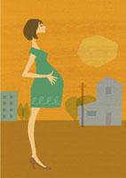 妊婦さんと夕暮れ 20037002345| 写真素材・ストックフォト・画像・イラスト素材|アマナイメージズ