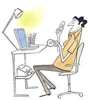 ホームオフィスでCD-ROMを持つ男性