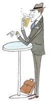 帰り道にビールを飲む男性 20037002362| 写真素材・ストックフォト・画像・イラスト素材|アマナイメージズ