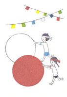 運動会で玉転がしをする少年少女