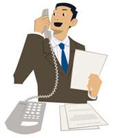 机で電話をするビジネスマン 20037002990| 写真素材・ストックフォト・画像・イラスト素材|アマナイメージズ