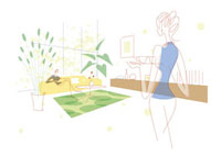 ソファでくつろぐ男性と飲み物を運ぶ女性 20037003065| 写真素材・ストックフォト・画像・イラスト素材|アマナイメージズ