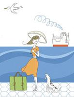港で日傘をさす女性