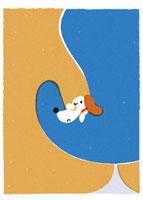 椅子に寝転ぶ犬 20037003165| 写真素材・ストックフォト・画像・イラスト素材|アマナイメージズ