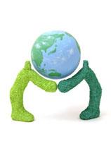 地球を腕に乗せた緑の人々