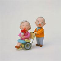 車椅子のシニア女性と夫 20037004052| 写真素材・ストックフォト・画像・イラスト素材|アマナイメージズ