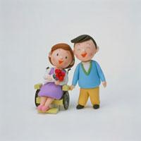 車椅子の女性と夫