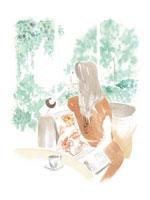 ソファで雑誌を読みながら外を眺める女性