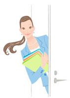 書類を持ちドアをから顔を出す女性