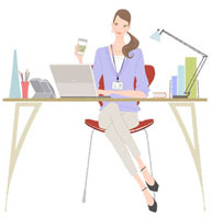 オフィスでパソコンをしながらお茶を飲む女性