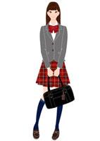 制服を着て立つ女子学生