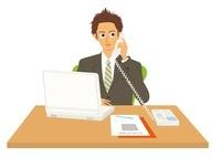 パソコンを見ながら電話をする男性 20037006351| 写真素材・ストックフォト・画像・イラスト素材|アマナイメージズ