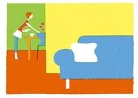 食事の用意をする女性と青いソファ