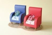 赤いソファと青いソファと花束