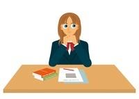 机で勉強をしている女子学生