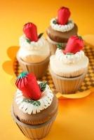 イチゴのったカップケーキ