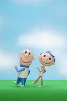 芝生の上を歩く中高年夫婦
