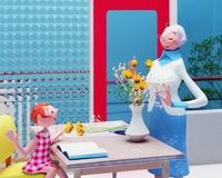 花瓶に花を活ける祖母と女の子