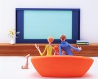 ソファに座りテレビを見る家族