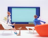 リビングでテレビを見る男性と女性