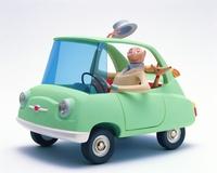 車に乗る中高年男性と犬