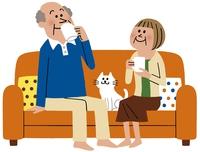 ソファでくつろぐ中高年夫婦