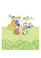 原っぱで遊ぶ家族 20037008094| 写真素材・ストックフォト・画像・イラスト素材|アマナイメージズ