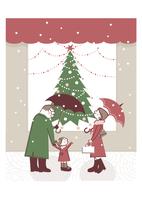 クリスマスツリーを眺める家族