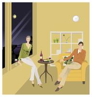 リビングでくつろぐ男性と女性 20037008323| 写真素材・ストックフォト・画像・イラスト素材|アマナイメージズ