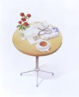 テーブルに置いた新聞とメガネ