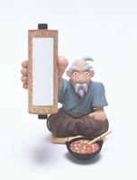 巻物を掲げる老人