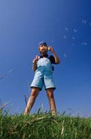 Boy is blowing bubbles 20038002417  写真素材・ストックフォト・画像・イラスト素材 アマナイメージズ