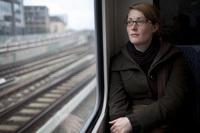 Junge Frau in der S Bahn
