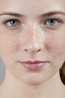 Young woman with freckles 20038010621| 写真素材・ストックフォト・画像・イラスト素材|アマナイメージズ