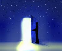 Man opening door in night sky to reveal light 20039005584| 写真素材・ストックフォト・画像・イラスト素材|アマナイメージズ