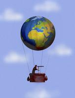 Man looking through telescope in globe hot air balloon 20039006691  写真素材・ストックフォト・画像・イラスト素材 アマナイメージズ