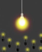 Bright light bulb shining above dim light bulbs 20039007793| 写真素材・ストックフォト・画像・イラスト素材|アマナイメージズ