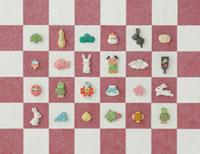 紅白の市松模様とうさぎとお正月のアイテム 20041000247| 写真素材・ストックフォト・画像・イラスト素材|アマナイメージズ