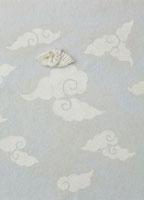 白とグレーの雲の模様の上に鶴