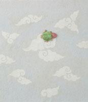 白とグレーの雲の模様の上に亀