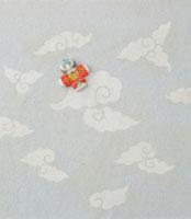 白とグレーの雲の模様の上に奴凧 20041000263| 写真素材・ストックフォト・画像・イラスト素材|アマナイメージズ