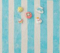 水色の縞模様の上にお正月のアイテム 20041000270| 写真素材・ストックフォト・画像・イラスト素材|アマナイメージズ