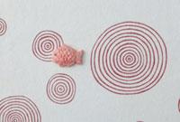 赤い渦の模様の上に鯛 20041000273| 写真素材・ストックフォト・画像・イラスト素材|アマナイメージズ