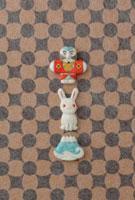 黒と茶色の模様の上に奴凧と兎と富士山 20041000279| 写真素材・ストックフォト・画像・イラスト素材|アマナイメージズ