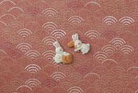 静海波の模様の上に餅つきをする兎の絵柄 20041000284| 写真素材・ストックフォト・画像・イラスト素材|アマナイメージズ