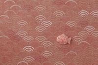 静海波の模様の上に鯛 20041000285| 写真素材・ストックフォト・画像・イラスト素材|アマナイメージズ