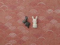 静海波の模様の上に白い兎と黒い兎 20041000289| 写真素材・ストックフォト・画像・イラスト素材|アマナイメージズ