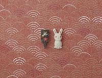静海波の模様の上に兎と黒い羽子板 20041000290| 写真素材・ストックフォト・画像・イラスト素材|アマナイメージズ