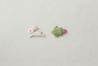 白い和紙の上に兎と亀