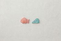 白い和紙の上に鯛と波模様 20041000298| 写真素材・ストックフォト・画像・イラスト素材|アマナイメージズ